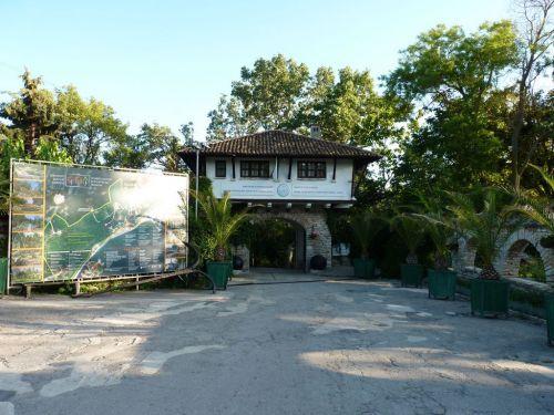центральный вход в ботанический сад