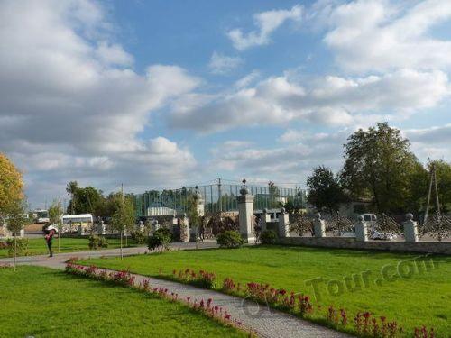 село Буки - фото - лужайка у главных ворот