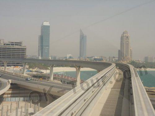 монорельсовый поезд по пальме Джумейра, Дубай, ОАЭ